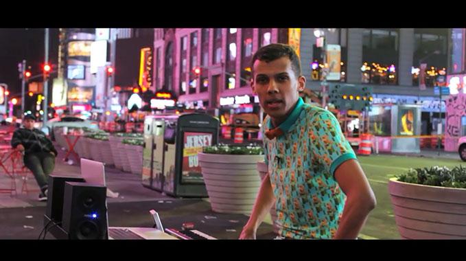 """Photo of La leçon de Stromae dans les rues de New York avec """"Papaoutai"""""""